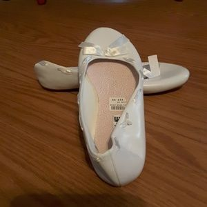 American Eagle ballet flat with bow detail white